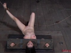 Tough beauty in shackles gets the brush snatch pumped